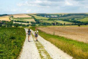 Femmes marchant sur un chemin