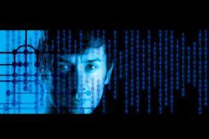 tête humaine dans écran informatique